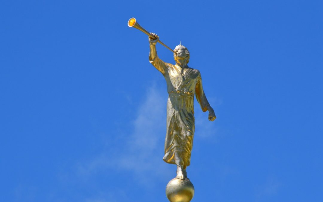 why do mormons put statues of the angel moroni on top of their