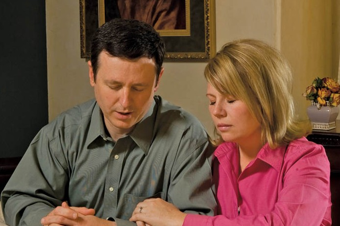 mormon-couple-praying