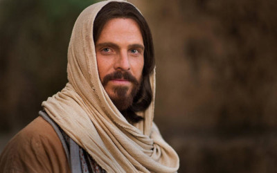 Who is the British actor that portrays Christ in church videos?