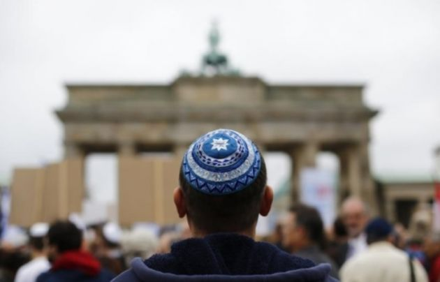 Can Jewish men wear their cap in the temple?